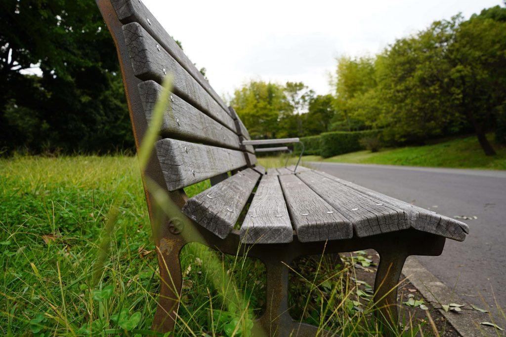 横から撮影したベンチ