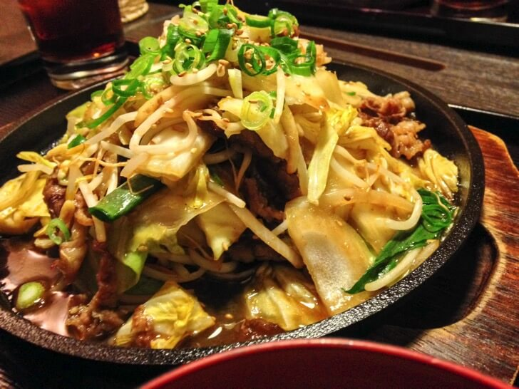 大ボリュームの肉と野菜